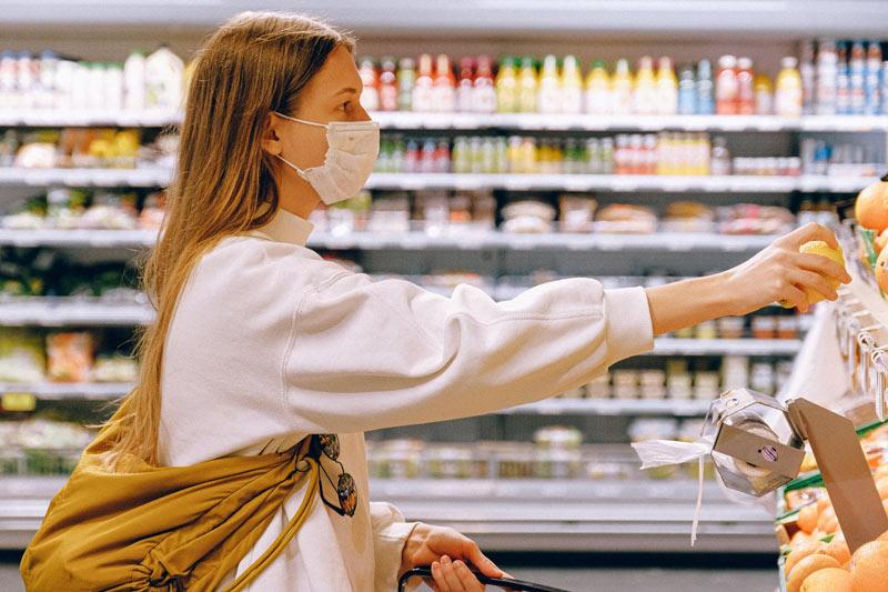 mujer con mascarilla en un supermercado